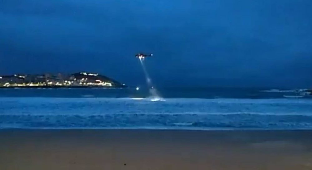 A helicopter this morning traces the sea on the beach of Riazor in search of the missing girl.