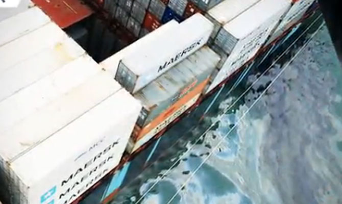 Container Ship Maersk Spills Oil While Loading Fuel in Hong Kong