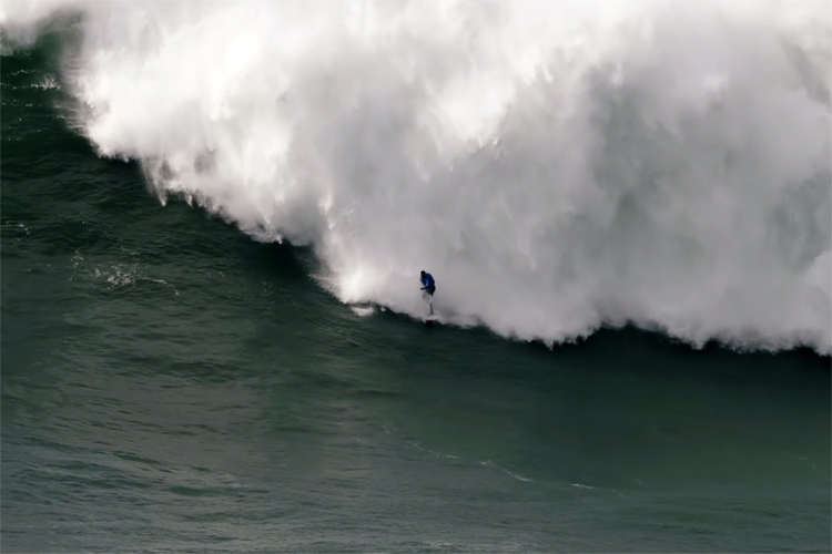 """Impressive rescue of a surfer from a giant wave that almost kills him Thiago Jacaré had serious complications in a tournament in Portugal. A water scooter took him out of the sea and was taken by ambulance to the hospital. Thiago Jacaré returned to live. This experienced 35 year old surfer almost lost his life in the Mar de Nazaré, a small town located in the coastal center of Portugal where he was practicing with giant waves. """"It was by far the worst moment of my life. I could hardly breathe in the waves ... When I reached the sand was completely exhausted, he I could not even move"""" , said the Brazilian who gave thanks for ransom avoided a disgrace. The 'wipeout' Jacaré had been doing was normal until a giant wave made him lose his balance and he threw him off the board. Until then nothing unusual in the activity of these athletes. The issue was that when the Brazilian wanted to recover, the dangerousness of the sea cornered him. Four consecutive giant waves left him exhausted and without strength to get out of the water. His teammate, David Langer , tried to rescue him on a jet ski, but the force of the sea made it impossible. It was then that after several failed attempts, another surfer came to the rescue of Jacaré and managed to rescue him. Jacaré was taken on a jet ski to the beach where he was treated by the medical services of the place. The surfer arrived in precarious conditions due to the struggle he had with the dangerous sea: he was hit by five giant waves consecutively, something not uncommon in Portuguese beach, known for his bravery."""