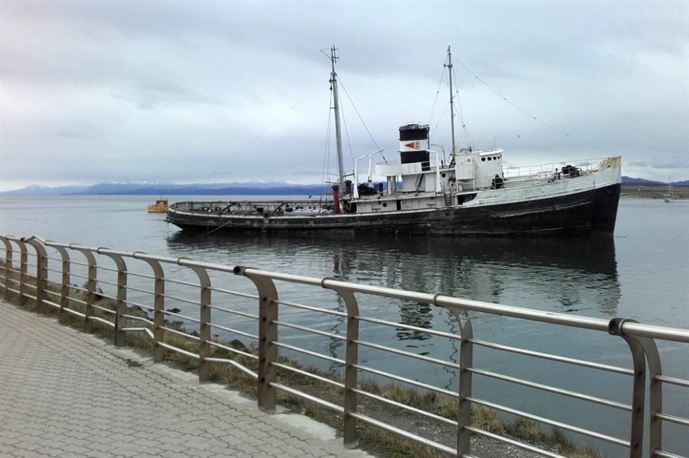It is a tugboat that in the 50s was used to refloat another vessel, Monte Cervantes