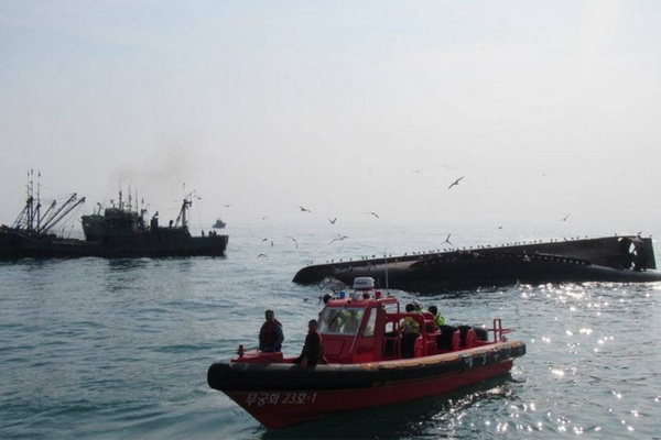 Japanese fishing boat overturned in the pacific ocean for Japanese fishing boat