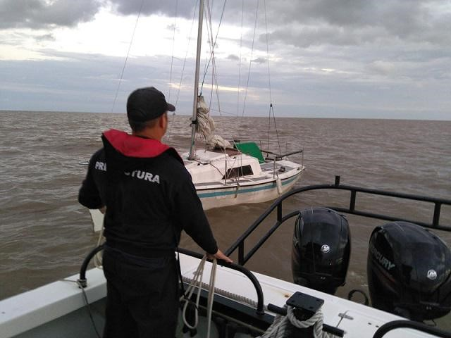 Prefecture of Uruguay Performs a Successful Rescue of Three Argentines in the Martin Garcia Channel