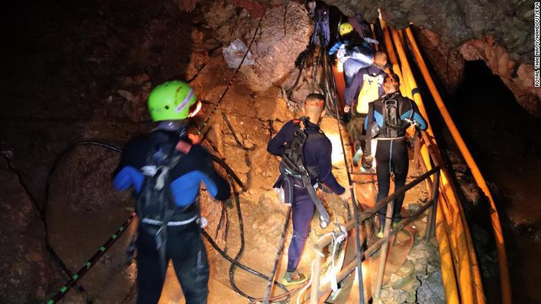 Rescue in Thailand evacuate the first children in the cave