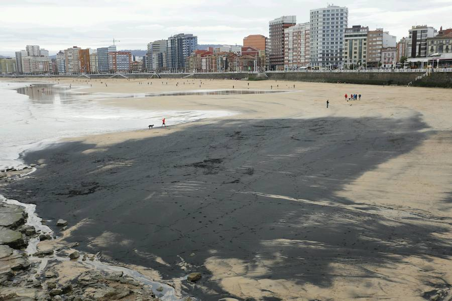 The coal stain on the sand of San Lorenzo