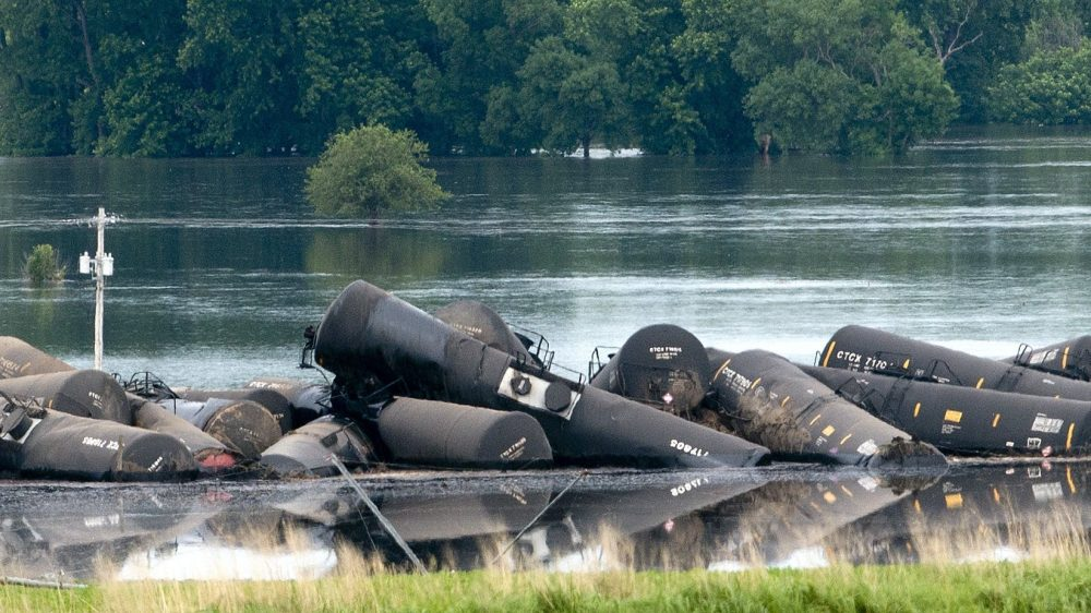 Train Derails and Spills Thousands of Gallons of Oil in Iowa River