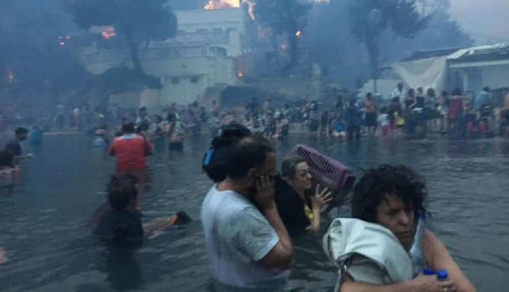 shocking images of people seeking refuge in the sea after the fires in Greece2