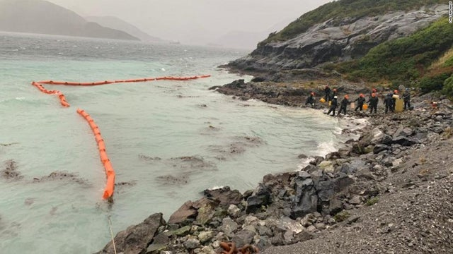 Chile Continues Its Mission To Clean 40,000 Liters Of Oil Spilled At Sea