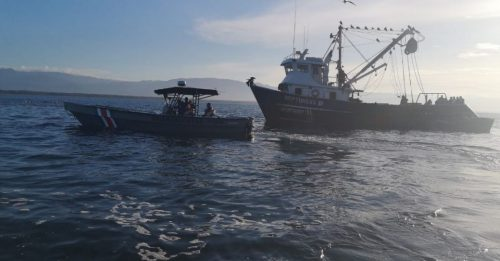 Coast guards keep searching for two missing fishermen after shipwreck in Puntarenas