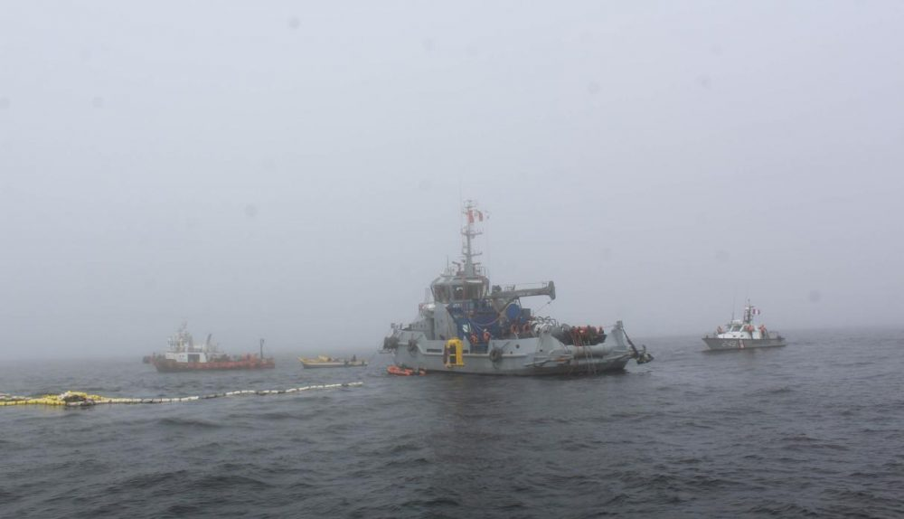 El Comercio arrived in the area of the accident, located 25 minutes from the port terminal of Chimbote, where the rescue team is working on the auxiliary salvage tugboat Morales de la Marina de Guerra del Perú.