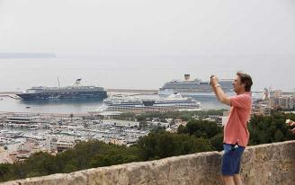Five Cruisers and One Destroyer Coincide in the Port ofPalma