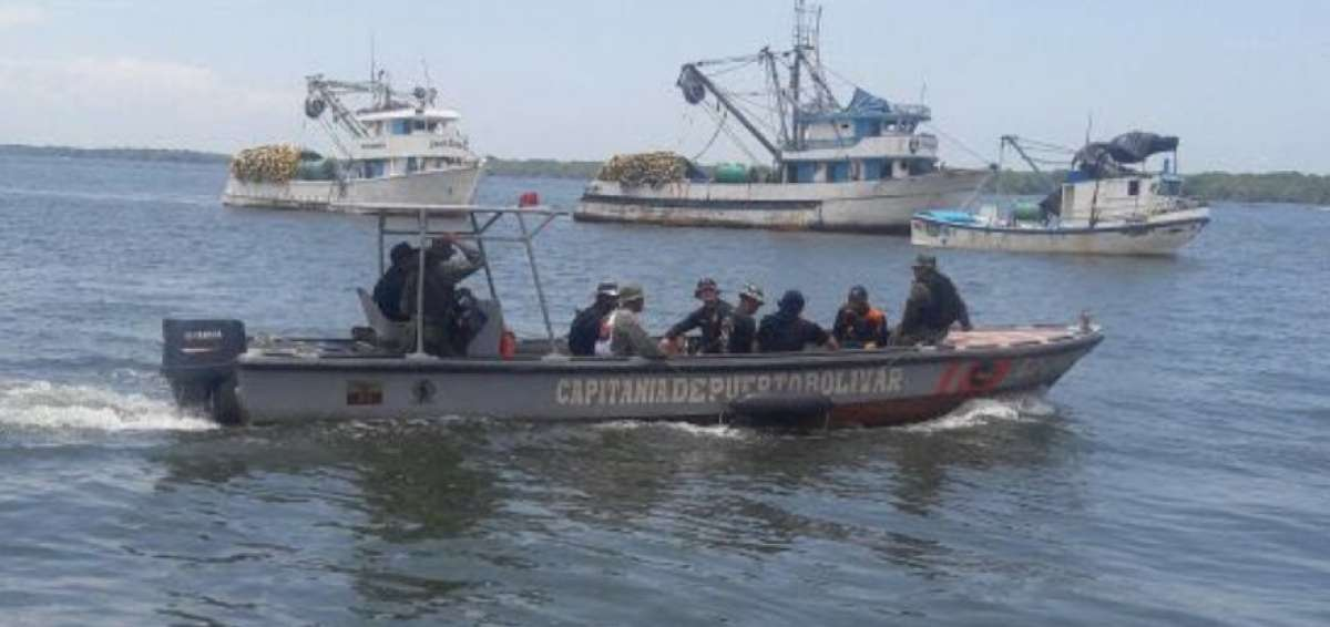 Navy personnel collaborate in the search of the foreigner