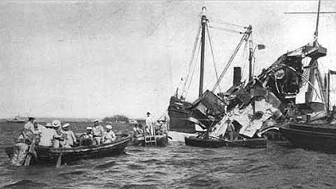 Old photo of the efforts to recover lives after the sinking of the USS Maine in Havana.