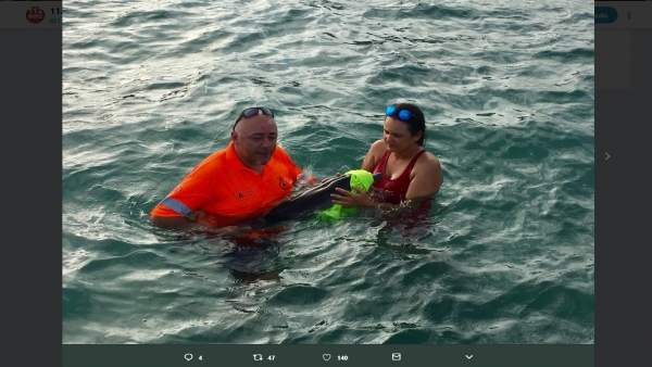 Rescue a Baby Dolphin Disoriented and in a Weak State on a Beach in Murcia