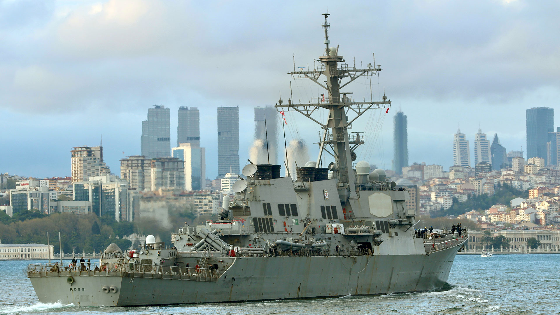Russian Ships Keep A Close Eye on the Actions of the US Warship