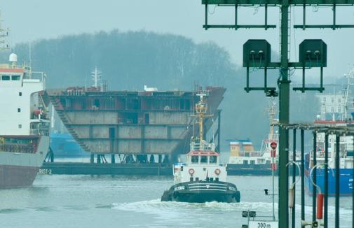 Shortly after leaving the Holtenau lock, a tug-of-war with large shipbuilding sections crashed.