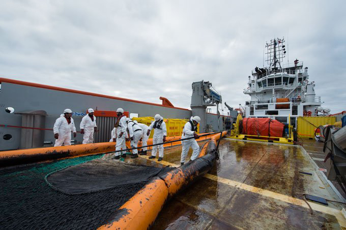 "Spain and France Collaborate in the Containment of the Spill of ""Grande America"""