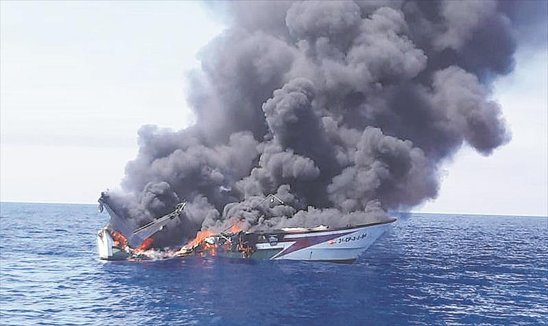 They Rescue 3 Men From A Peñíscola Boat Sunk By A Fire