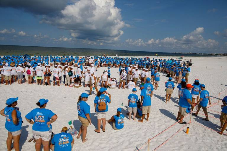'We did it'.More than 1,000 People Implant Guinness Record in Florida